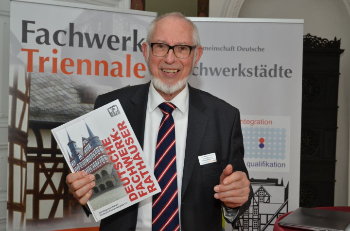 """Professor Manfred Gerner von der ARGE Deutsche Fachwerkstädte e.V. präsentiert den Band """"Deutsche Fachwerkrathäuser""""."""