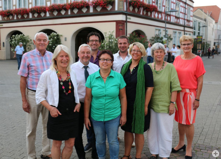 Die scheidenden Mitglieder des Kirchheimer Gemeinderates mit Oberbürgermeisterin Matt-Heidecker vor dem Rathaus.