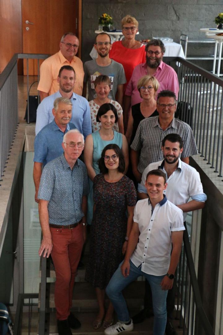 Die neuen Mitglieder des Kirchheimer Gemeinderats mit der Oberbürgermeisterin auf den Treppen vor dem Siutzungsaal.