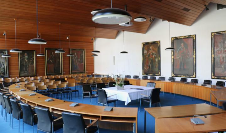 Der Sitzungsaal im Rathaus ist für eine Trauung hergerichtet.