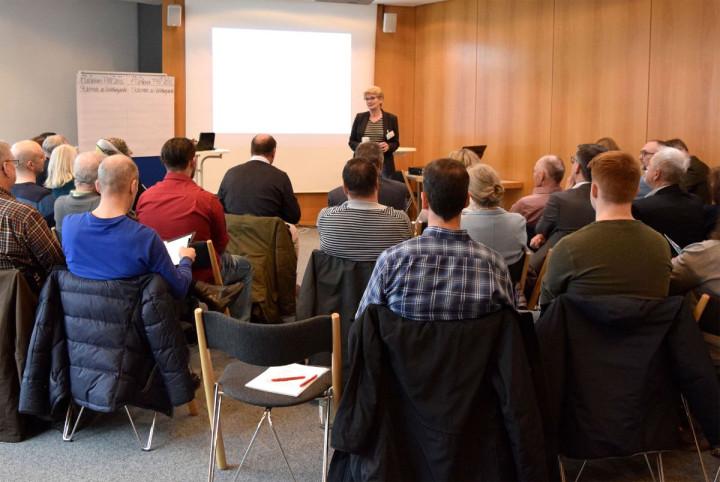 Oberbürgermeisterin Angelika Matt-Heidecker referiert zum Fachforum Flächennutzungsplan vor Mitgliedern des Forums.