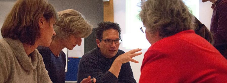 Mitglieder der Prozesssteuerungsgruppe Zukunftsdialog in der Diskussion