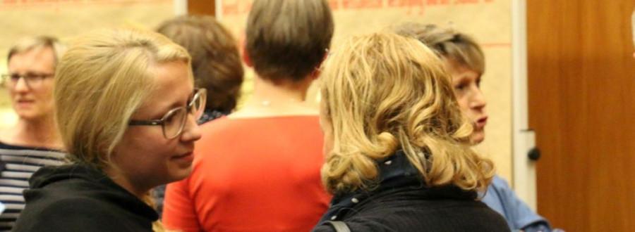 Zwei junge Frauen unterhalten sich beim Zukunftsdialog