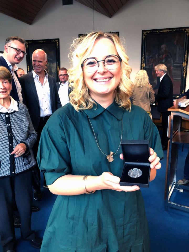 Bettina Schmauder mit der Staufermedaille bei ihrer Ehrung im Sitzungssaal des Rathauses.