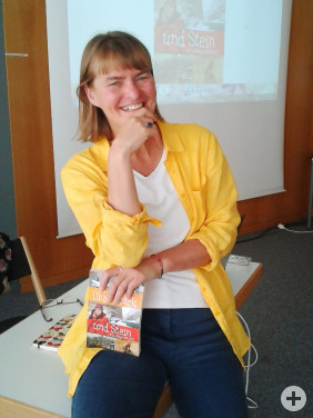 """Autorin Iris Lemanczyk präsentiert ihr Buch """"Über Stock und Stein"""" bei ihrer Lesung in der Kirchheimer Stadtbücherei."""