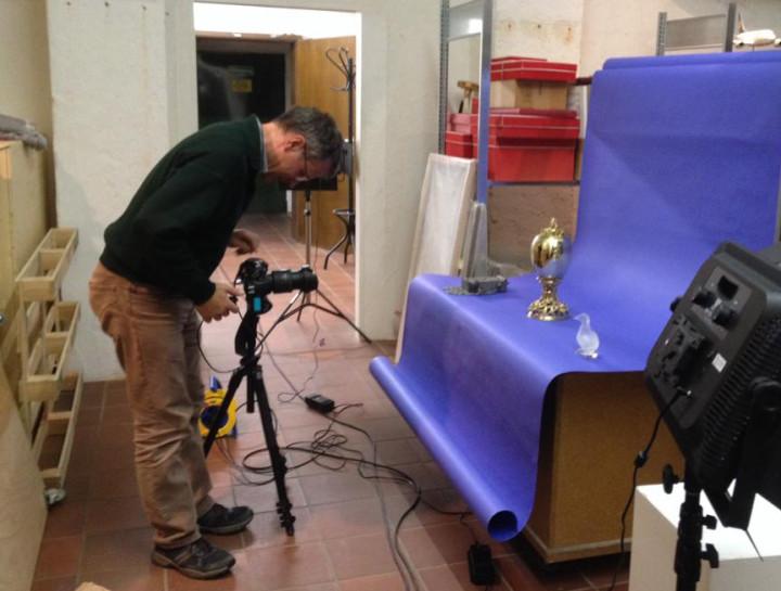 Dr. Bartusch bei der fotografischen Dokumentation des Pokals im Untergeschoss des Kornhauses