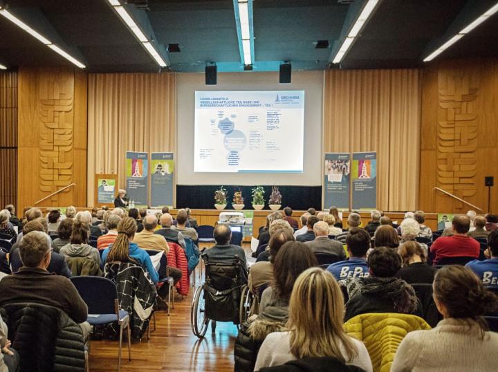 Oberbürgermeisterin Matt-Heidecker referiert beim Zukunftsdialog 2018 vor großem Publikum.