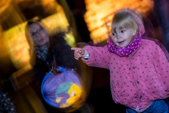 Ein kleines Mädchen mit ihrer Laterne durch in der Innenstadt.