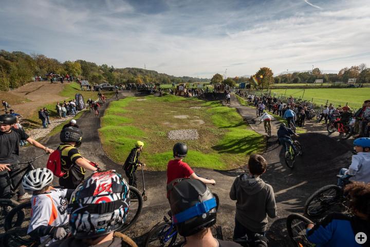 Eine große Anzahl Biker auf auf dem Asphalt Pumptrack des Bikeparks. Bild von der Eröffnung am 20.10.19.