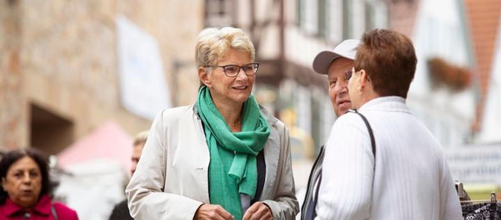 Oberbürgermeisterin Angelika Matt-Heidecker im Gespräch mit Bürgern