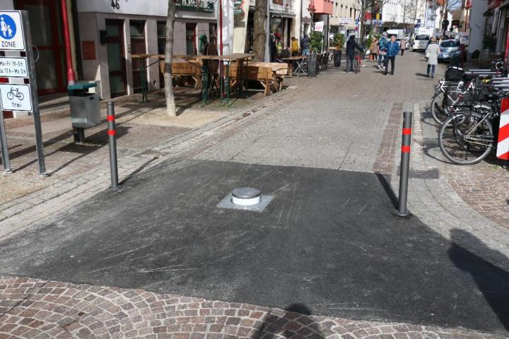 An der Kreuzung Dettinger Straße / Ziegelstraße regeln versenkbare Poller die temporäre Fußgängerzone.