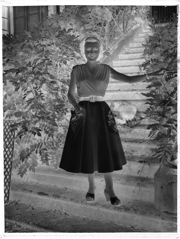 Glasnegativ aus dem Archiv des Künstlers Christoph Frick: Eine Frau auf einer Treppe.