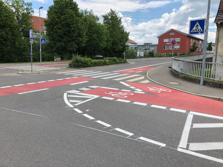 Die neu markierten Fahrradstreifen an der Kreuzung Hahnweidstraße/Ziegelstraße.