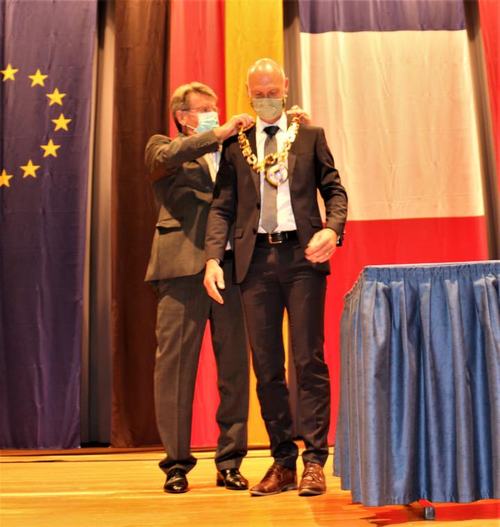 Als 1. ehrenamtlicher Stellvertreter überreicht Stadtrat Dr. Christoph Miller dem neu verpflichteten Oberbürgermeister Dr. Pascal Bader die Amtskette der Stadt Kirchheim unter Teck.