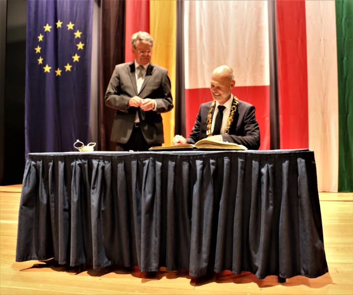 Oberbürgermeister Dr. Pascal Bader trägt sich in das Goldene Buch der Stadt Kirchheim unter Teck ein.
