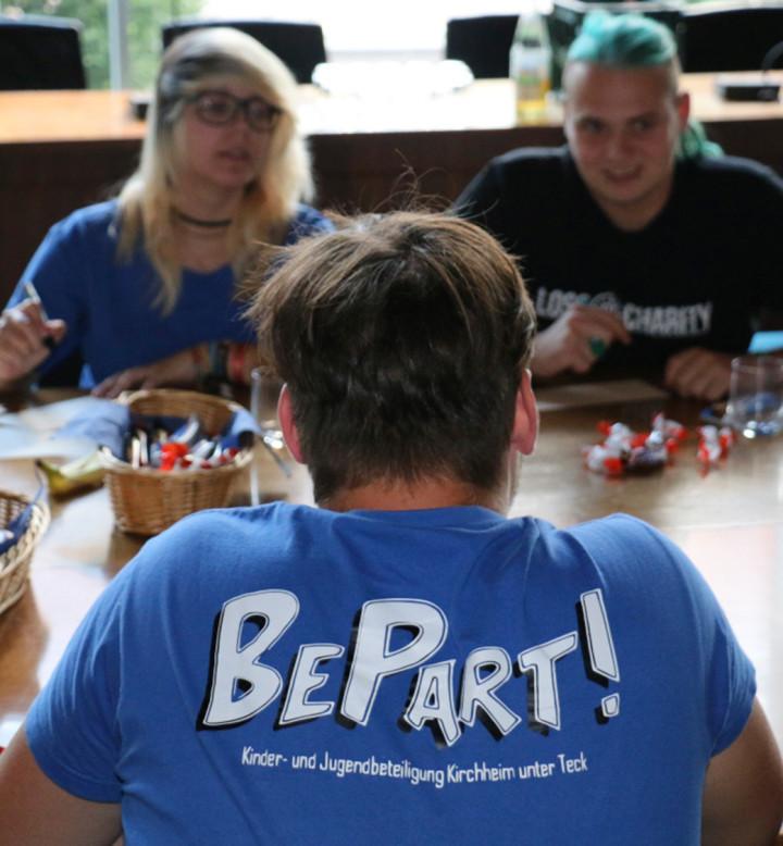 Die Jugendlichen der Steuerungsgruppe BePart! (Jugendbeteiligung) im großen Sitzungssaal des Rathauses bei einem Crashkurs zur Kommunalpolitik.