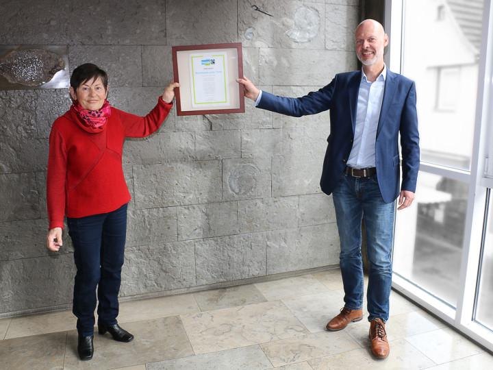 Songard Dohrn, Sprecherin der Steuerungsgruppe Fairtrade-Town, übergibt Oberbürgermeister Dr. Pascal Bader die Fairtrade-Town-Urkunde