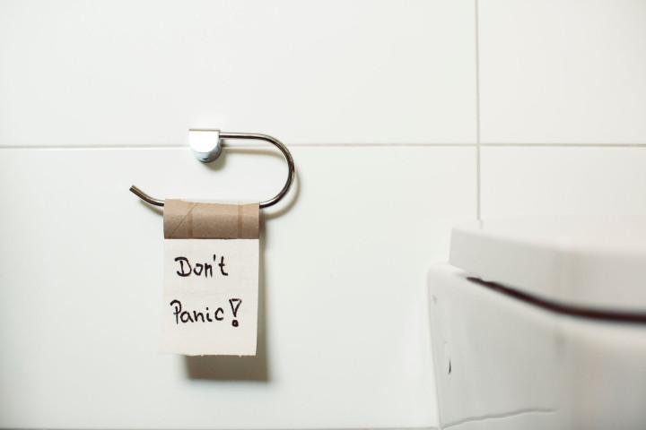 Eine Rolle Toilettenpapier auf einer Toilette