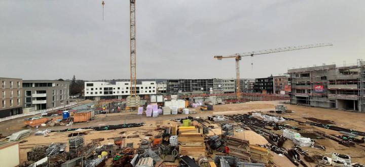 Ein Überblick über die Baustelle im Steingauquartier, von der Aussichtsplattform auf dem ehemaligen Volksbankgebäude aus gesehen.