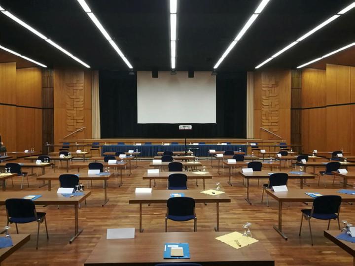 Bestuhlung für die Sitzungen in der Stadthalle mit Blick auf die Bühne