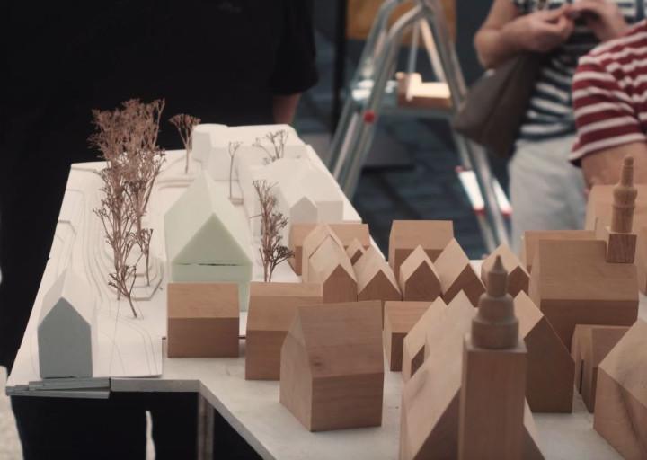 Ein Modell der Marktstraße mit deutlich erkennbaren markanten Gebäuden aus Holz - der geplante Neubau am Rollschuhplatz setzt sich farblich deutlich ab.