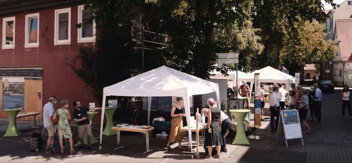 Auftaktveranstaltung zur Bürgerbeteiligung in der Marktstraße 1 und 3 im August 2020 - Bürgerinnen und Bürger haben sich an verschiedenen Info-Ständen zum Prozess und dem geplanten Neubau informiert.