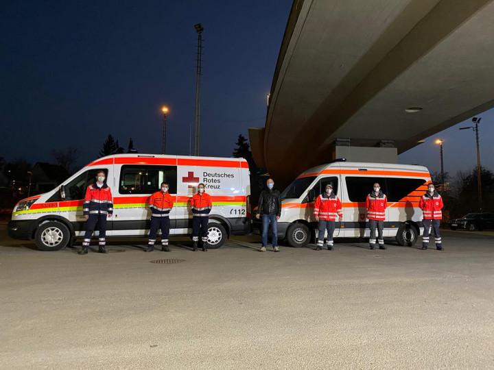 Oberbürgermeister Dr. Pascal Bader und Ehrenamtliche des DRK am Güterbahnhof