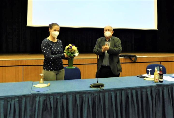 Die ausscheidende Ortschaftsrätin Dr. Natalie Pfau-Weller wird von Ötlingens Ortsvorsteher Hermann Kik mit einem Blumenstrauß verabschiedet.