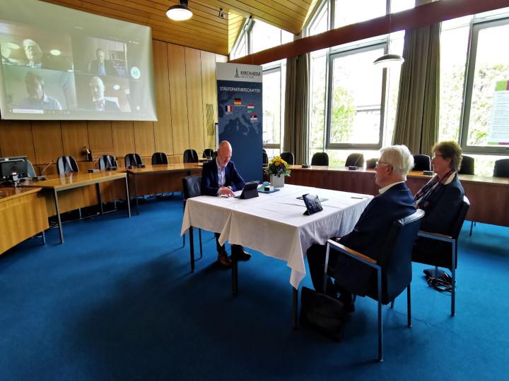 Coronakonforme Verleihung: Oberbürgermeister Dr. Pascal Bader ehrt Karl-Heinz Rieforth im Beisein seiner Ehefrau und digital zugeschalteten Gratulanten mit der Staufermedaille des Landes Baden-Württemberg.