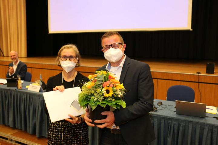 Verabschiedung von Bürgermeister Stefan Wörner in der Sitzung des Gemeinderates vom 21.07.2021 nach seiner Wahl zum Bürgermeister der Stadt Pfullingen (Amtsantritt zum 01.08.2021). Stadträtin Sabine Bur am Orde-Käß (Grüne) übergibt ein Geschenk.