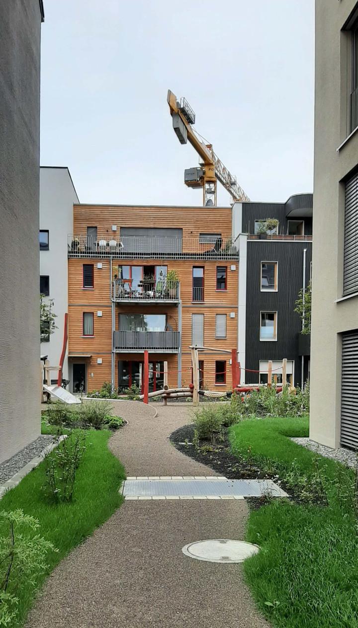 Ein Blick in den bereits weitestgehend fertiggestellten Innenhof des Baufelds 2 im Kirchheimer Steingauquartier.
