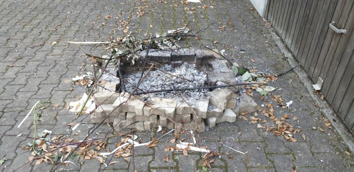 Feuerstelle aus Pflastersteinen auf dem Gelände der Kirchheimer Eduard-Mörike-Schule.