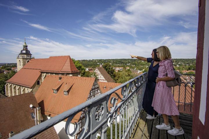 Zwei Frauen stehen auf dem Kirchheimer Rathausturm und bestaunen die Aussicht.