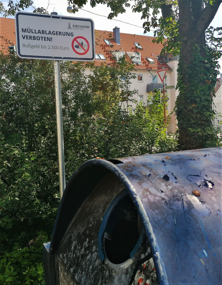 An den Glascontainerstandorten im Stadtgebiet - wie hier am Rossmarkt - weisen Schilder auf die Konsequenzen der illegalen Ablagerung von Müll hin.