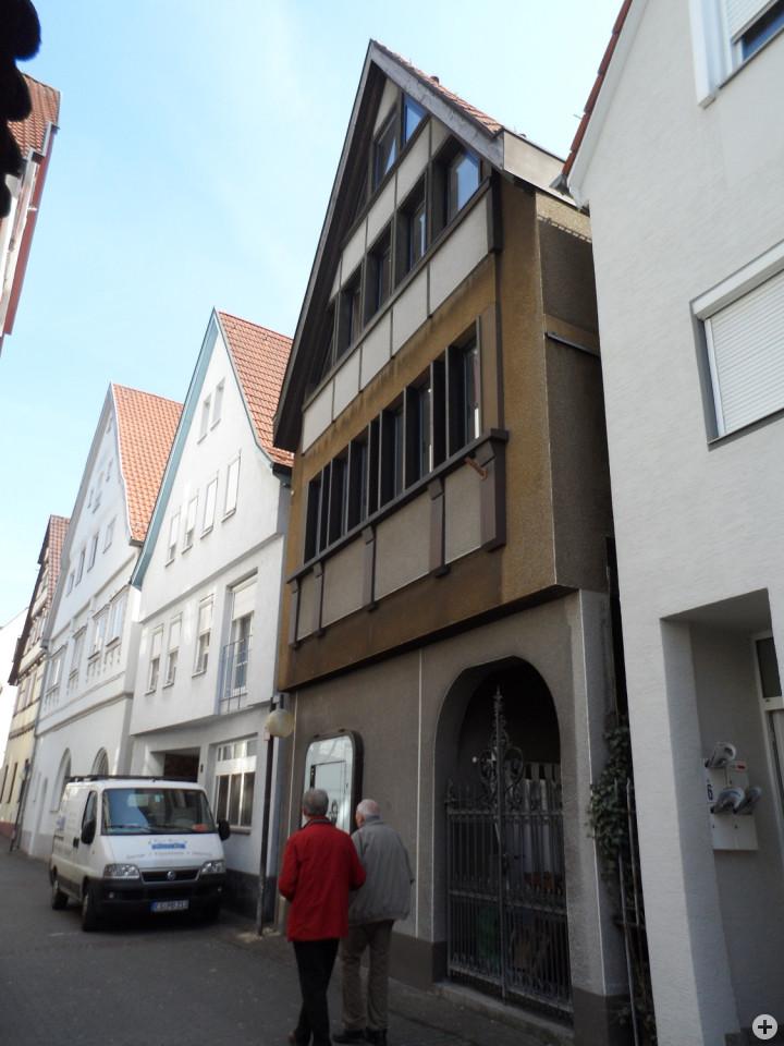 Sophienstraße 8 (3. Haus von links)