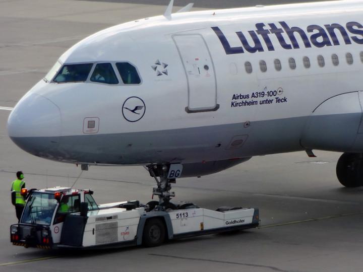 """Flugzeug A319-100 D-AIBG """"Kirchheim unter Teck"""" auf dem Hamburg Flughafen 10 Minuten vor dem Abheben"""