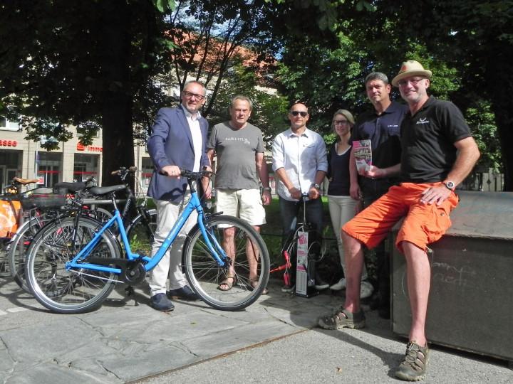 Kirchheims Erster Bürgermeister Günter Riemer steht mit den Paten der RadSERVICE-Punkte vor einem solchen.