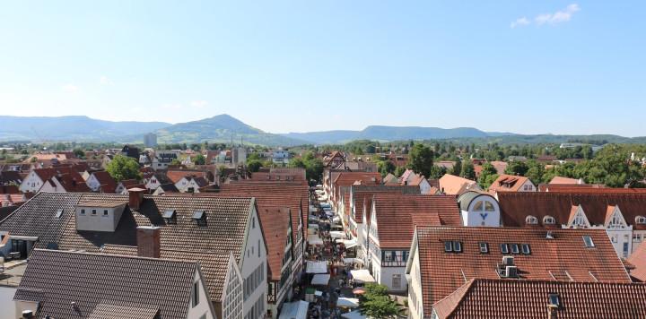 Blick vom Rathausturm über die Kirchheimer Innenstadt in Richtung Teck