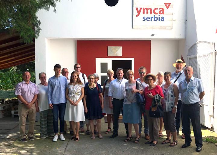 Die Kirchheimer Delegation vor dem Gebäude der Jugendorganisation YMCA in Backi Petrovac ©Stadt_Kirchheim_unter_Teck