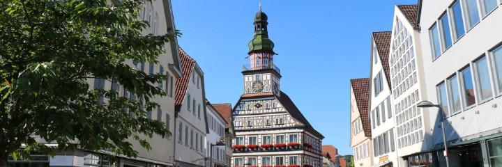 Blick von der Marktstraße auf das Rathaus
