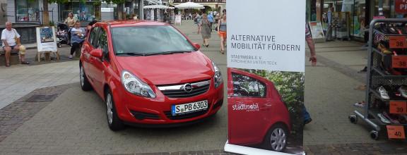 Carsharing Auto steht auf Marktplatz